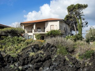 Waterfront Apartment with wide sea view and garden on lava rocks