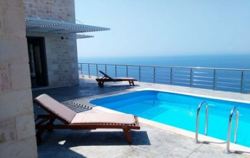 Unobstructed sea views, pool, romantic atmosphere , near beach and amenities