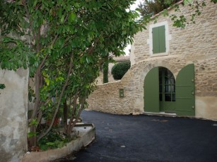 House 2 levels, garden / terrace, in the preserved space of Uzès. Conditioned.