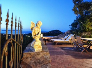 Scenic And Relaxing Villa On Top Of The Hill, in a Residence with Pool and Park
