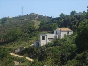 Spacious apartment for four persons, with garden, porch and terraces.